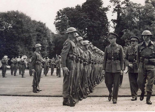 king-g-inspecting-soldiers_1024